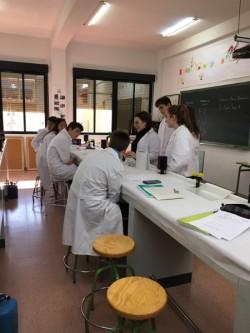 Alumnos de Física y Química del Colegio Los Naranjos en el Laboratorio.